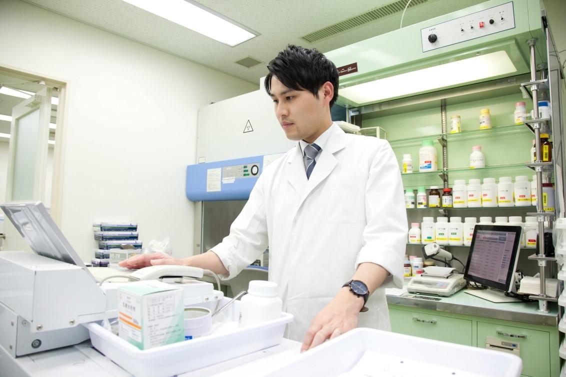調剤室にて、散剤の調製:薬ゼミ坂口講師