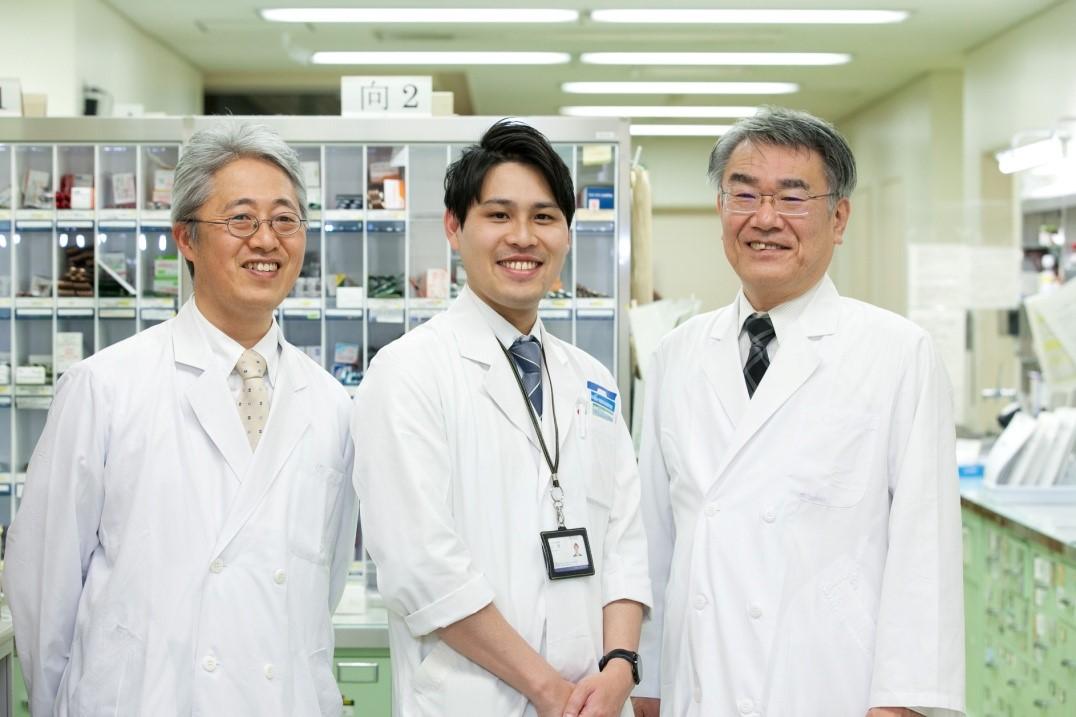 左:江崎副薬剤部長 中央:薬ゼミ坂口講師 右:木村薬剤部長